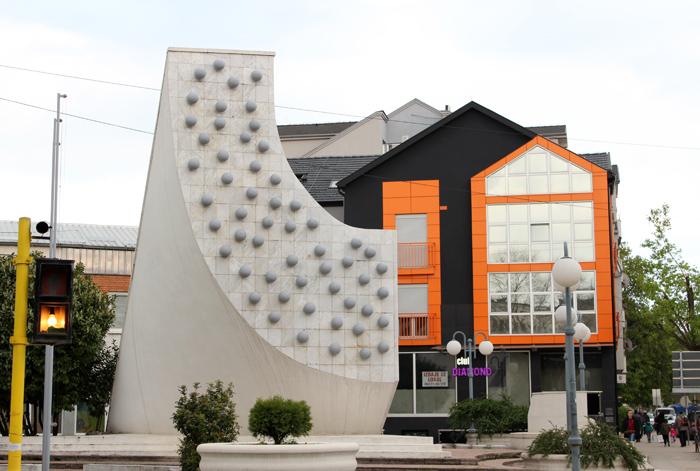 pozarevac-spomenik-ispred-doma-zdravlja