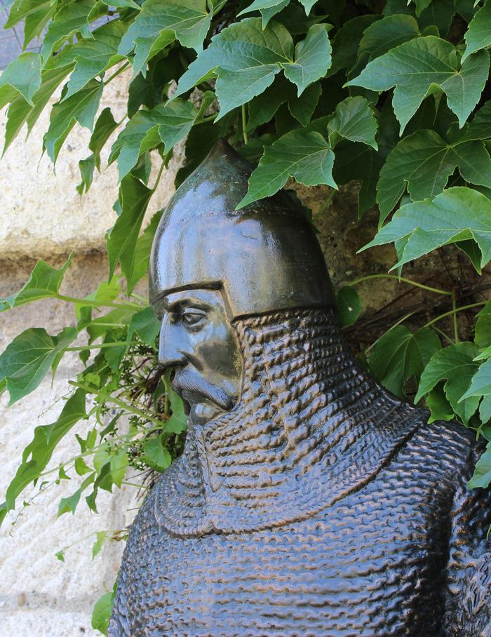statua-ispred-crkve-ruzice-na-kalemegdanu-kopljanik-cara-dusana