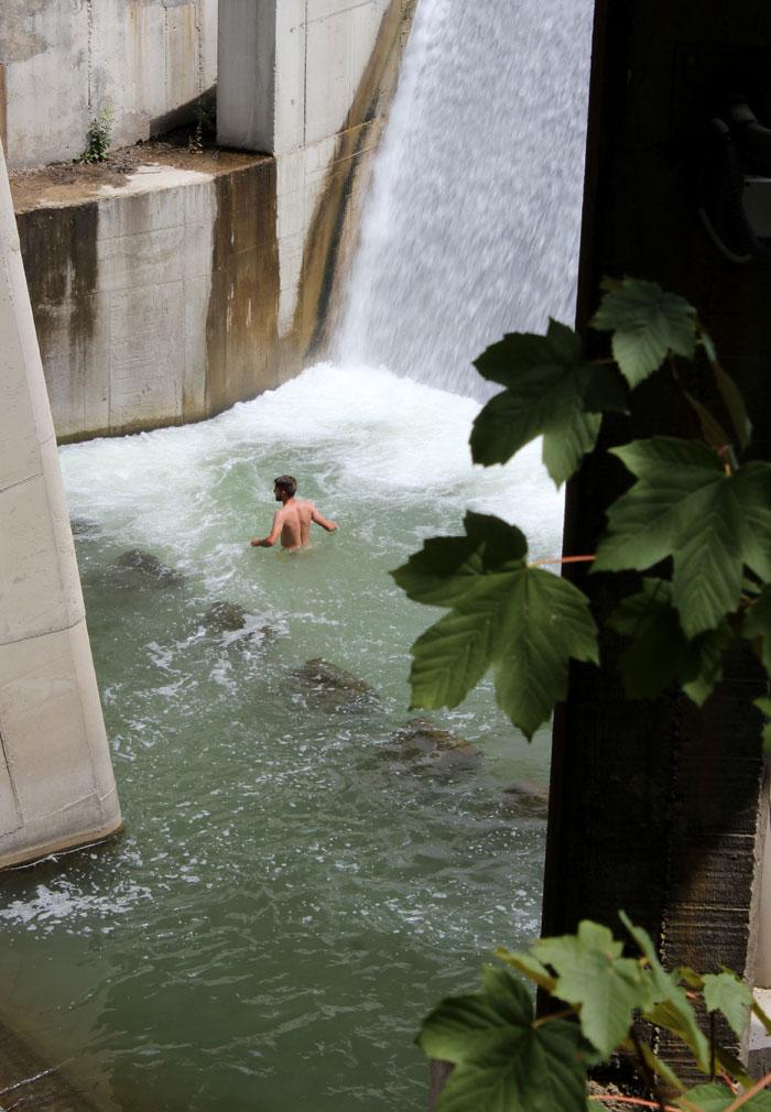 Sreca je u rashladjivanju u vodopadu u Ivanjici na vise od 40 stepeni